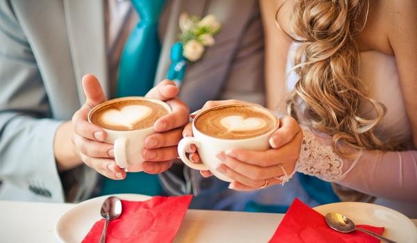 молодожены в кафе