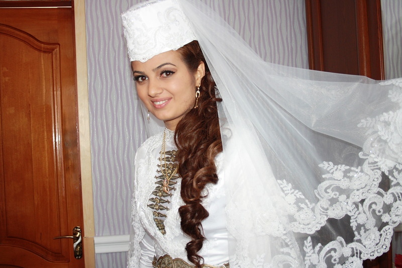 прически свадебные с осетинским платьем