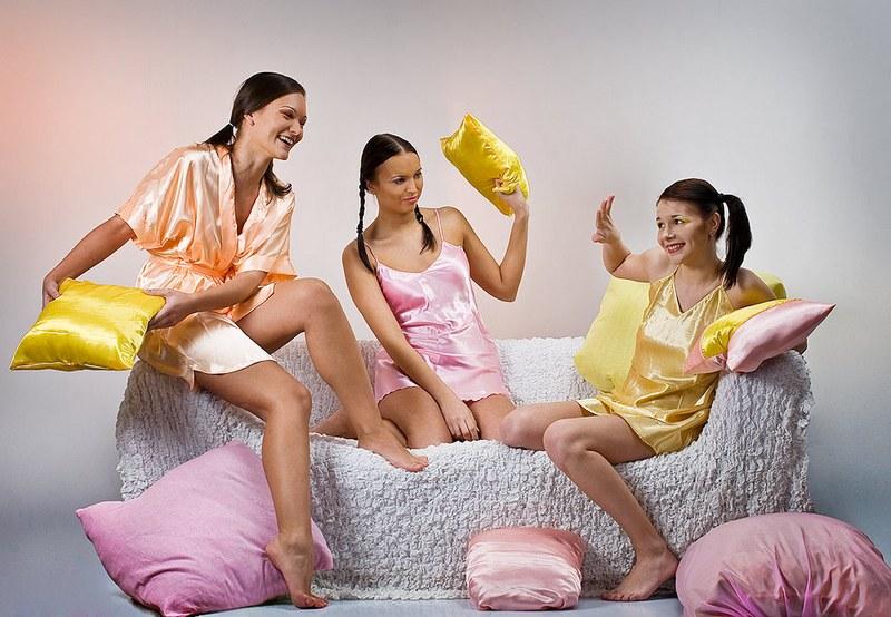 Уёбок портит пижамную вечеринку сводной сестры своим большим хреном