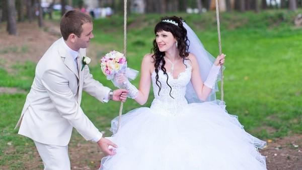 невеста на качелях