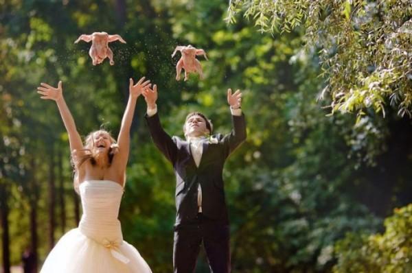 куринные тушки бросают на свадьбе