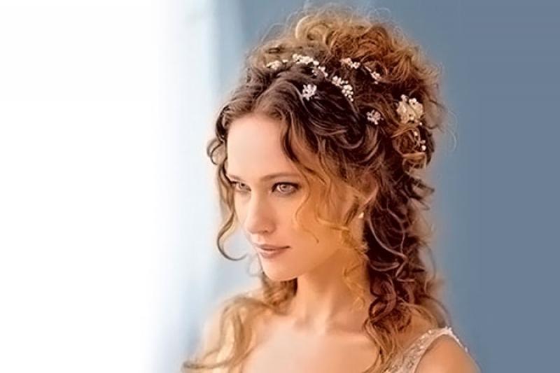Причёски на свадьбу для гостей: на