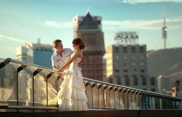 молодожены на мосту