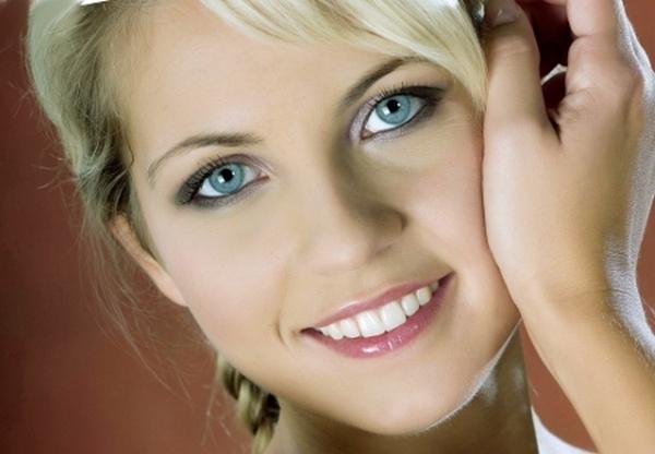 лицо девушки с голубыми глазами