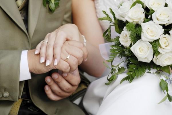 жених и невеста держатся за руки
