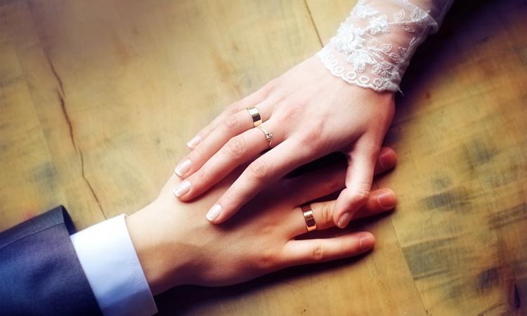 толстые обручальные кольца  на руке