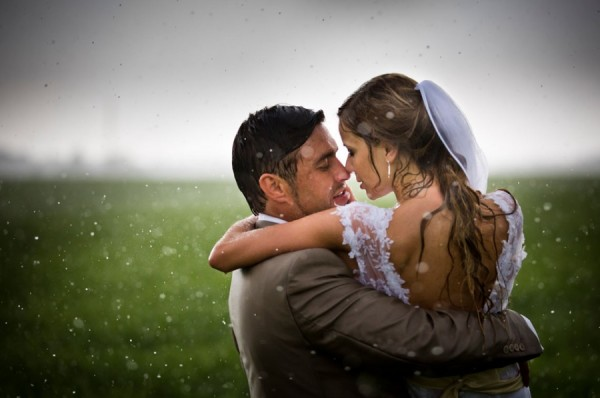 жених и невеста под дождем