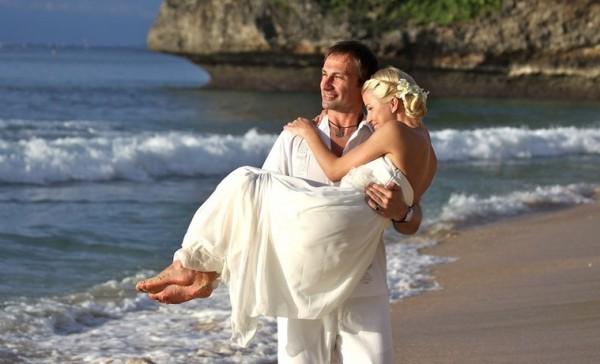 жених несет невесту на руках