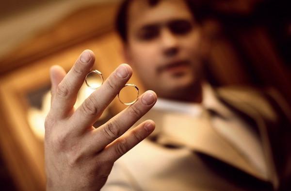 мужчина с кольцами
