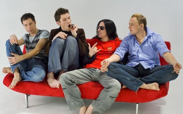 парни на диване