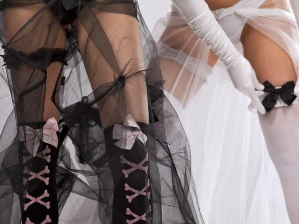 невеста в чулках и нижнем белье