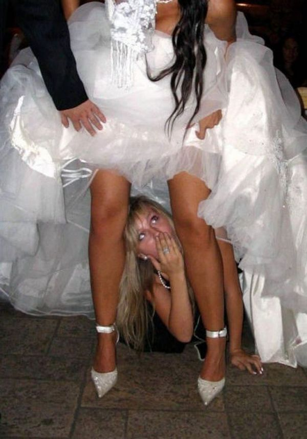 подружка под платьем невесты