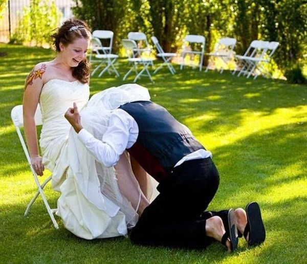 мужчина под платьем невесты