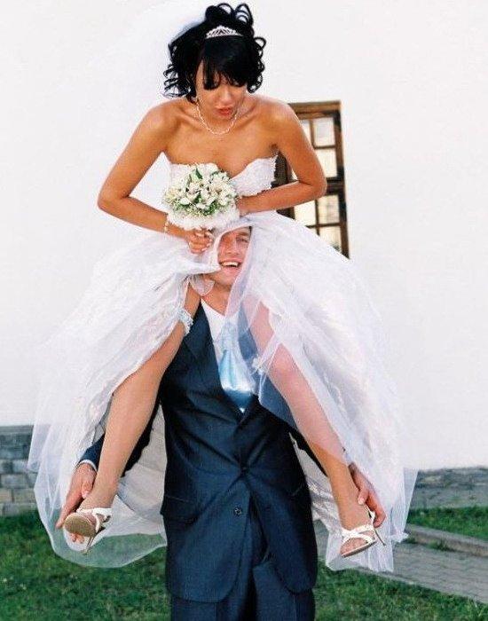 жених держи на плечах невесту