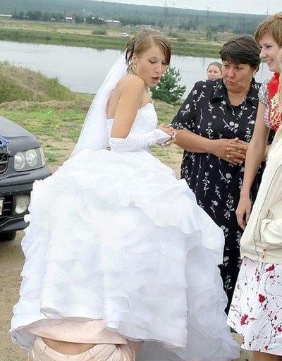 подружка заглянула под чужое платье