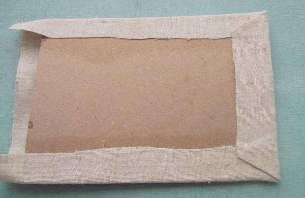 приклеиваем материал к картону