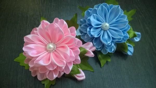 Большие цветы из ткани в технике канзаши