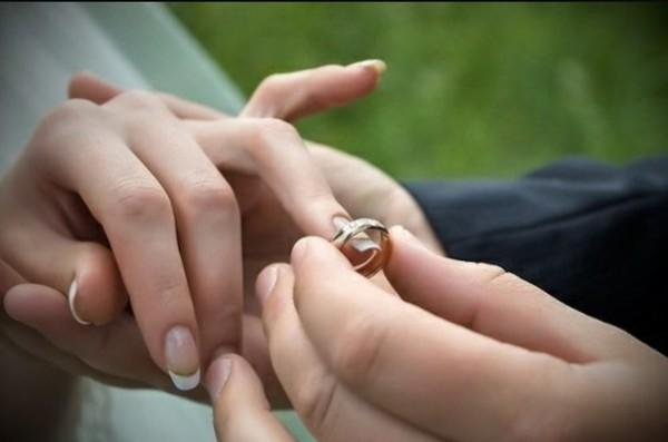 одеваем обручальное кольцо