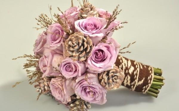 букет из шишек с розами