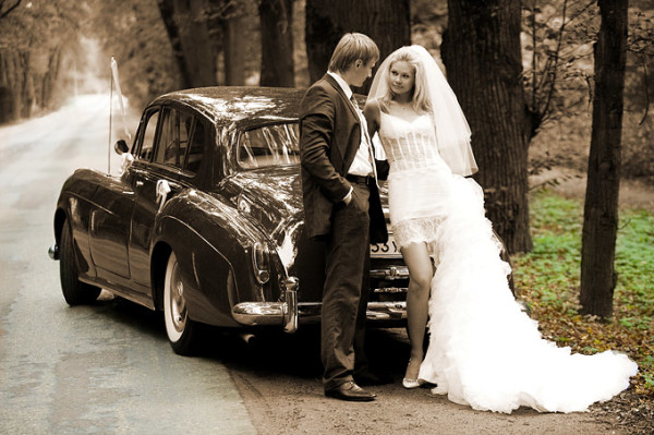 жених и невеста у авто